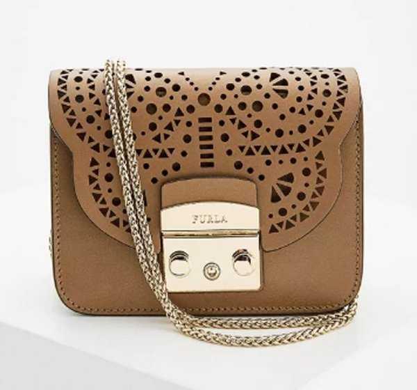 6662625a Ассортимент включает небольшие сумочки на ремешке, клатчи и др. Некоторые  из них имеют необычный эффект металлика. Плюсы: интересный дизайн сумок, ...